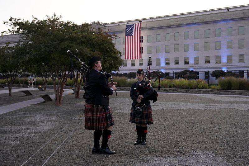 Músicos tocan sus instrumentos como parte de la ceremonia del 11 de spetiembre en el Pentágono en Washington, EEUU, 11 de septiembre del 2021. REUTERS/Joshua Roberts