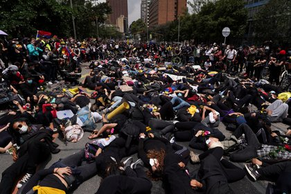 Demonstrators participate in a protest against poverty and police violence in Bogota, Colombia, May 5, 2021.  REUTERS/Nathalia Angarita  NO RESALES. NO ARCHIVES
