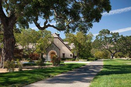 Además de la casa principal de seis dormitorios, la finca en Los Olivos, California, también cuenta con tres casas de huéspedes (JPRUbio)