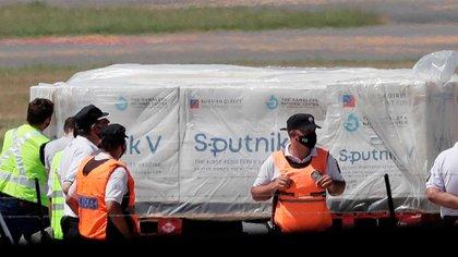 La comunicación de la decisión de la cartera sanitaria coincidió con el arribo de un avión de Aerolíneas Argentinas a Moscú para traer al país las primeras 300 mil dosis de la fórmula elaborada en Rusia, que finalmente hizo su llegada al país el 24 de diciembre