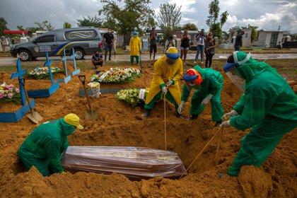 El cementerio de Nossa Senhora Aparecida de Manaus, Amazonas volvió a vivir las escenas de la primera ola. (MICHAEL DANTAS / AFP)