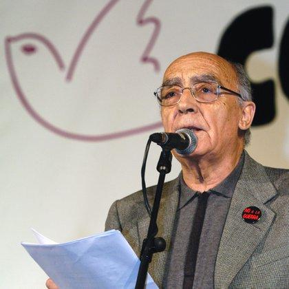 El escritor portugués y Nobel de Literatura participó de múltiples eventos en favor de la paz. En este caso, con la lectura de un manifiesto  contra la guerra en Irak (EFE/EMILIO NARANJO)