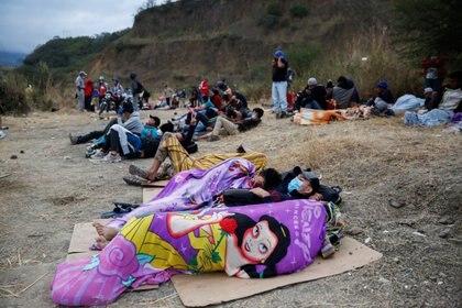 Hondureños que participan en una nueva caravana de migrantes, que se dirigirá a Estados Unidos, descansan en Vado Hondo, Guatemala (Foto: REUTERS/Luis Echeverria)