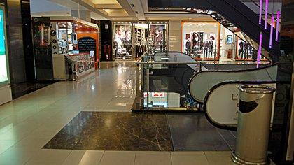 Un shopping vacío. El comercio, que emplea a 19% del universo de trabajadores, está afectado en un 90% por la cuarentena