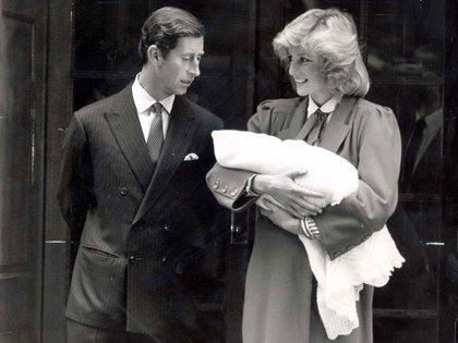 Dos años después del nacimiento de William, Lady Di y Carlos de Inglaterra le dieron la bienvenida a Harry, el 15 de septiembre de1984.Lady Di sonríe antes las cámaras ante un Carlos serio