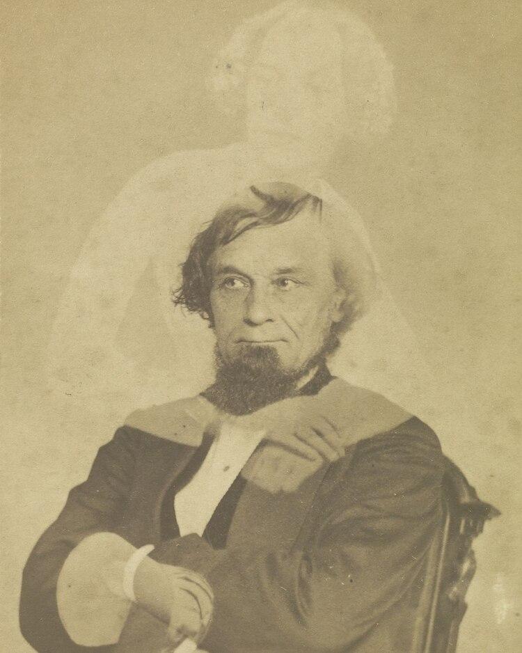 Un espiritu abraza a un hombre que fue retratado. (Foto: History Channel)
