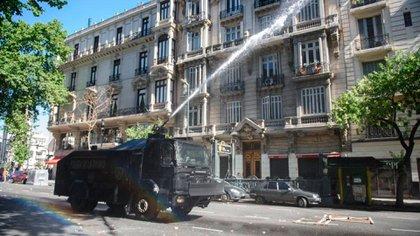 El camión hidrante avanza sobre Avenida de Mayo