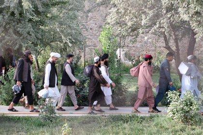 Prisioneros talibanes recién liberados caminan en la prisión de Pul-e-Charkhi, en Kabul, Afganistán. National Security Council of Afghanistan/Handout via REUTERS