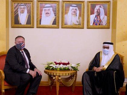 El Secretario de Estado de los Estados Unidos, Mike Pompeo, se reúne con el Ministro de Relaciones Exteriores de Bahrein, Abdullatif bin Rashid Al Zayani, durante su visita a Manama, Bahrein, el 25 de agosto de 2020 (Agencia de Noticias de Bahrein / REUTERS)