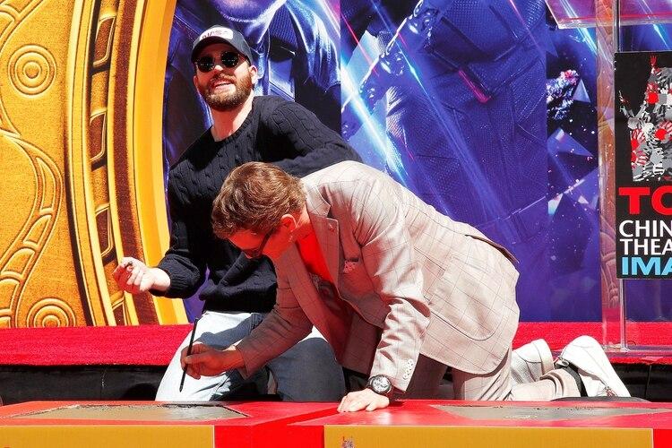 Chris Evans y Robert Downey Jr se mostraron divertidos durante el evento de Hollywood