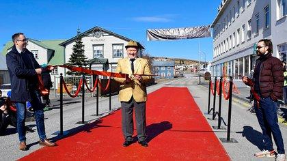 """El comediante islandés Sigurdur Illugason junto al acalde del Husavik, inauguran a """"alfombra roja"""" pintada en la calle principal del pueblo para que los residentes puedan compartir su entusiasmo por ser parte de la ceremonia de los Oscar del próximo domingo. (AFP)"""