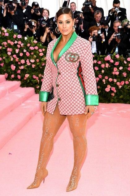 En medias con apliques y solo una chaqueta Gucci, la modelo Ashley Graham optó por un look atrevido que acompañó con una trenza larga, hebillas y aros