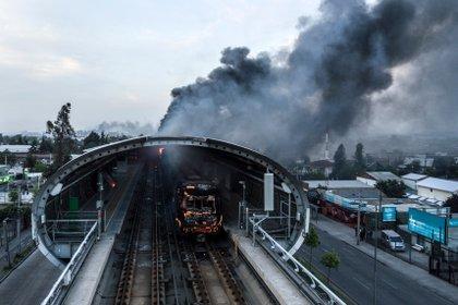 La empresa operadora del metro suspendió el servicio debido a los actos violentos
