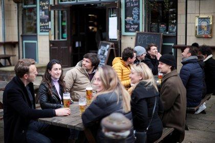 Grupos toman cerveza en Londres (Reuters)