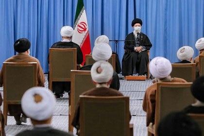 El líder supremo de Irán, el ayatolá Alí Jamenei, se reúne con miembros de la Asamblea de Expertos en Teherán, Irán. 22 de febrero de 2021. Sitio web oficial de Jamenei/Handout vía REUTERS. ATENCIÓN EDITORES -  ESTA IMAGEN HA SIDO ENTREGADA POR UN TERCERO. NO DISPONIBLE PARA REVENTA NI ARCHIVO.