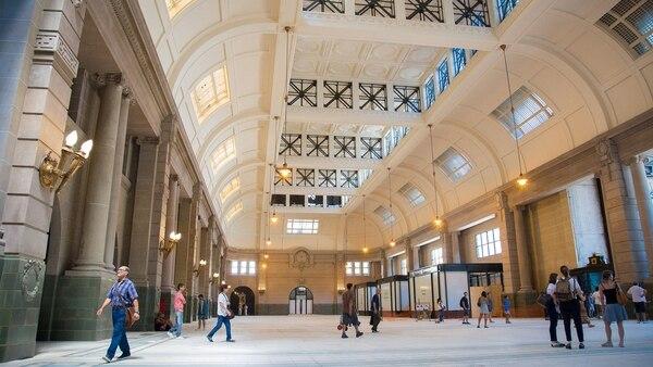 El hall de la renovada estación Retiro del tren Mitre