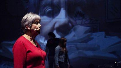 """De Chile llega """"Amanecerá con escombros sobre el suelo"""", una obra de teatro documental y biográfico que pone en escena a cinco sobrevivientes del terremoto que azotó Santiago en 2010."""