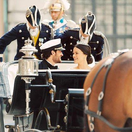 La pareja en el carruaje tirado por caballos (my_royality_world - instagram)