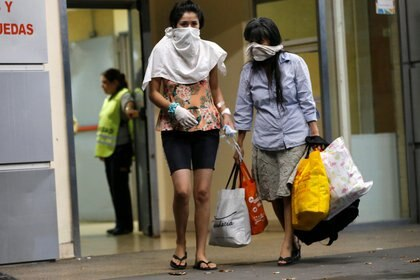 Dos mujeres con sus rostros cubiertos, en la entrada del hospital Argerich (REUTERS/ Mariana Greif)