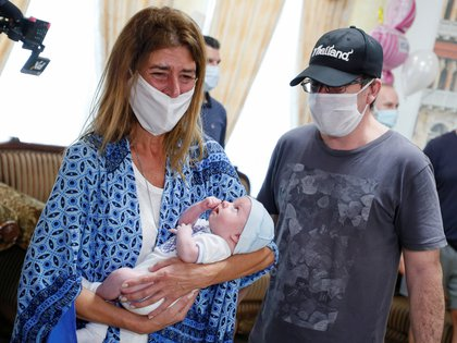 Andrea Diez y Fernando Montero sostienen en brazos por primera vez a su hijo Ignacio que nació el 29 de abril