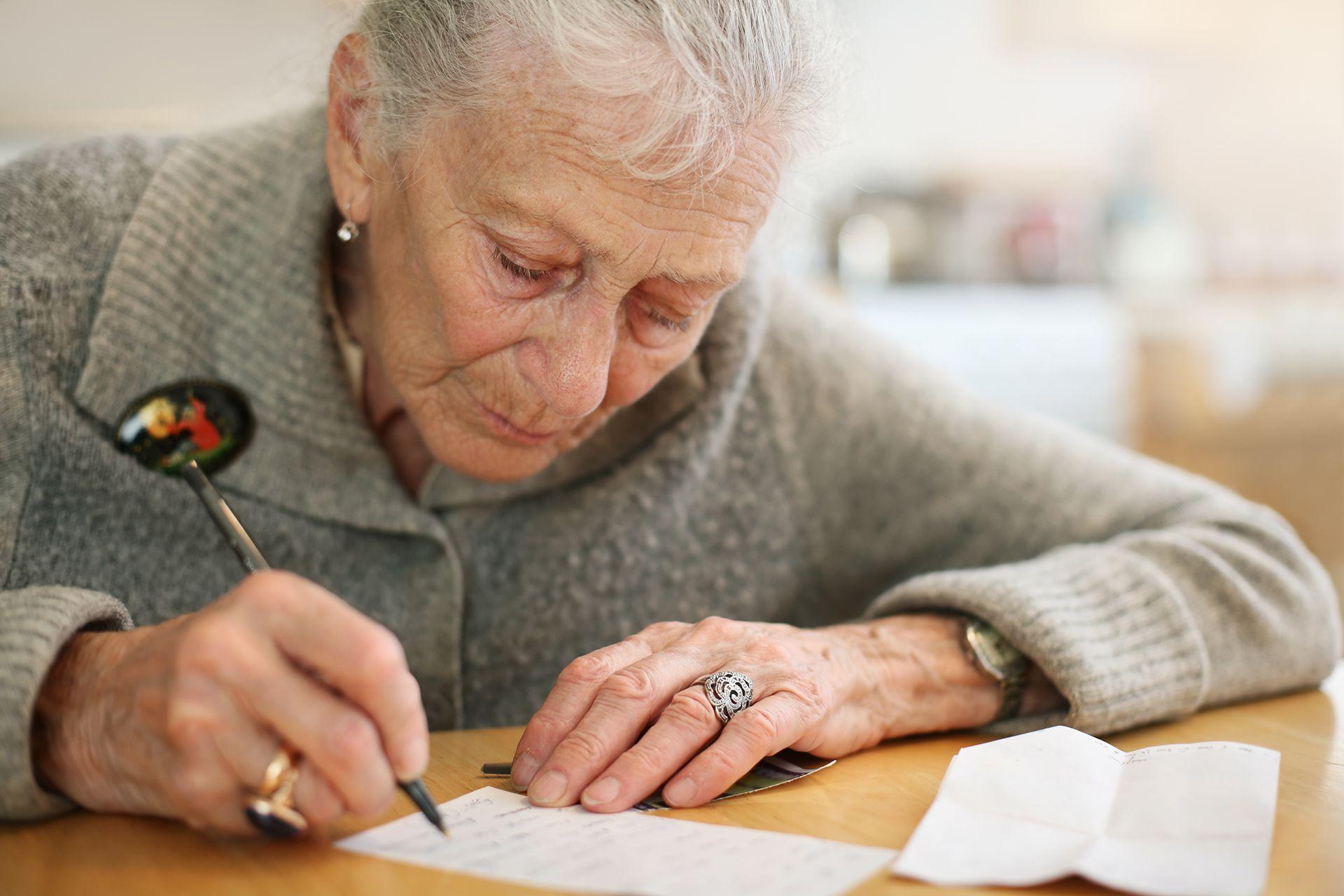 acompañamiento extramuros adulto mayor escribiendo