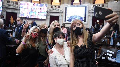 La senadora mendocina del Frente de Todos, Anabel Fernández Sagasti, se toma una selfie con cuatro de sus compañeras en la Cámara Alta. (Comunicación Senado)