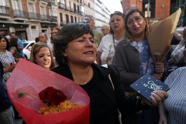 Varias fans, con ramos de flores y discos del artista, entonan las canciones al ver llegar elauto fúnebre (Foto: Susana Vera/Reuters)