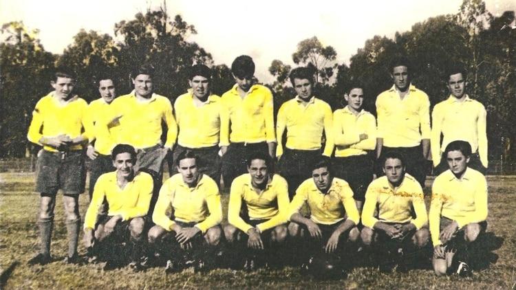 "Equipo menores de 19, LPRC 1965. PARADOS: ""Tetera"" Carriquiriborde, Carlos ""Paloma"" Castiglioni, ""Turco"" Abdelnur, ""Yoyo"" González Scafatti, Ricardo ""Tite"" Elicabe, Alberto ""Naka"" Perez Alzueta, Nicolás ""Coco"" Caro, Carlos ""Pichi"" Sarasqueta, Eduardo ""Negro"" Bustillo.AGACHADOS: Rodolfo ""Fel"" Axat, Jorge Vidal Loza, Alberto ""Loco"" Armisen, Pablo Martín, ""Teddy"" Maestri, Victor Kraiselburd."