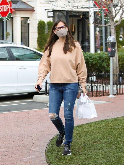 Día de shopping. Jennifer Garner visitó una exclusiva joyería de Pacific Palisades, California, y compró algunos accesorios. La actriz lució un look casual: buzo beige, jeans y zapatillas negras. Además, llevó puestos lentes de ver y su tapabocas