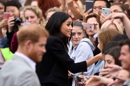 Imagen de archivo del príncipe Enrique de Reino Unido y Meghan, duquesa de Sussex, estrechando las manos de miembros de la multitud durante una caminata en la Plaza del Parlamento en Trinity College, Dublín, Irlanda. 11 de julio, 2018. REUTERS/Clodagh Kilcoyne/Archivo