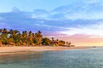 Fiji ha sido bendecida con aguas turquesas, playas de arena blanca, ríos selváticos y una cultura auténtica de película. Ya sea que el viajero esté buscando un resort de lujo, una escapada familiar o una aventura para mochileros, estas islas lo tienen todo