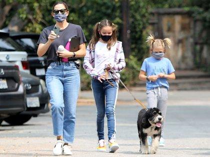 Con un look informal y tapabocas, Jennifer Garner realizó un paseo en Brentwood, acompañada por Samuel y Seraphina, los hijos que tuvo de su relación con Ben Affleck. En la salida familiar también estuvo el perro de la familia (Foto: Grosby Group)