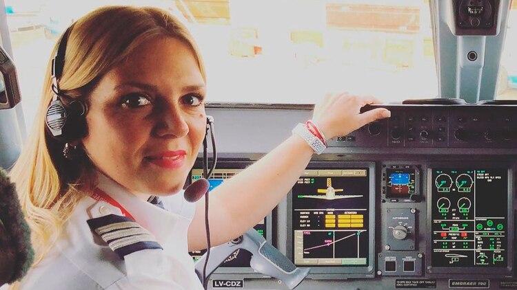 """Consus compañeros de aerolínea Nuria lleva una excelente relación. La piloto advierte quelos pilotos nuevos, los más jóvenes, tienen una perspectiva distinta y que hoy """"hay muchas mujeres haciendo carrera"""""""