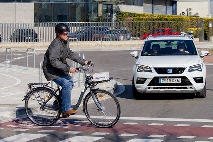 La bicicleta integra una solución de localización que, vía edge, se conecta con los vehículos en su entorno para informarles su ubicación.