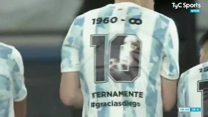 La camiseta de los jugadores en honor a Maradona