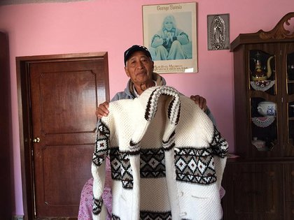 Juan Martínez con una réplica del suéter que usó Marilyn en la sesión de fotos (Foto: archivo)