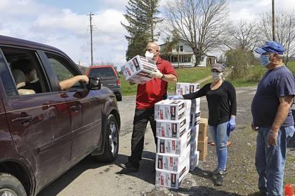 Muchos de los necesitados llegaron al estacionamiento desde las 18:00 horas del pasado miercoles (Jenny Harnish/The Register-Herald via AP)