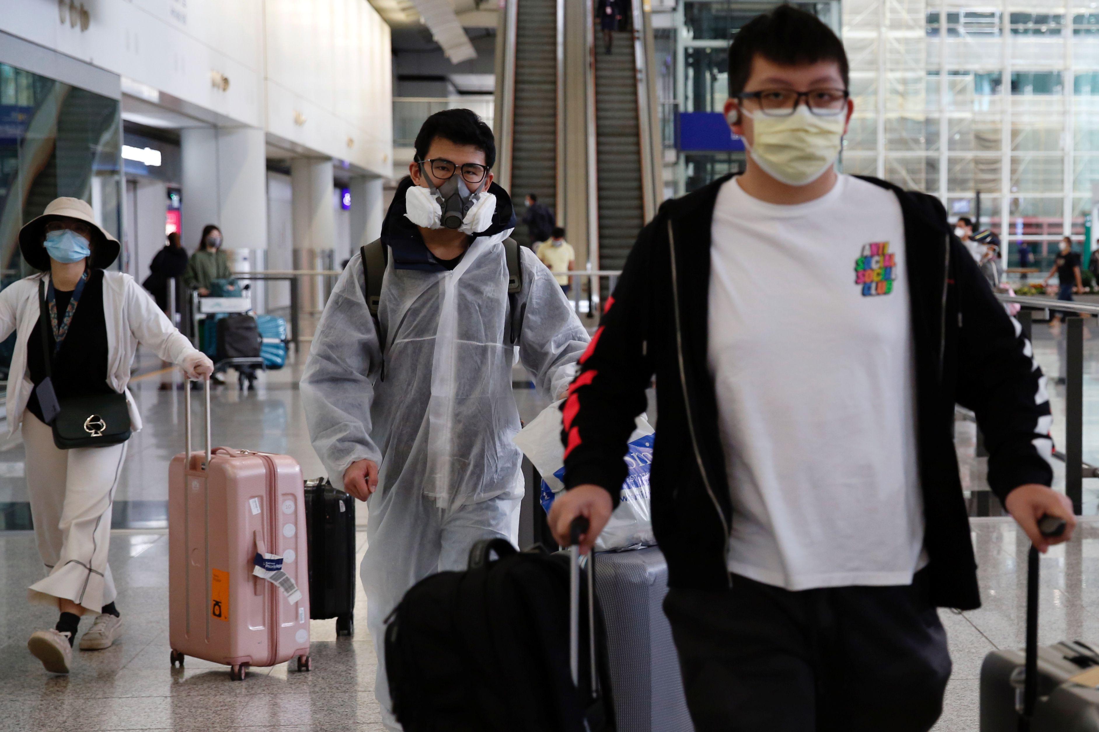 Pasajeros arriban al aeropuerto internacional de Hong Kong (Reuters)