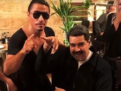 Nicolás Maduro comiendo bistec en el restaurante de Salt Bae. (Dailymail)