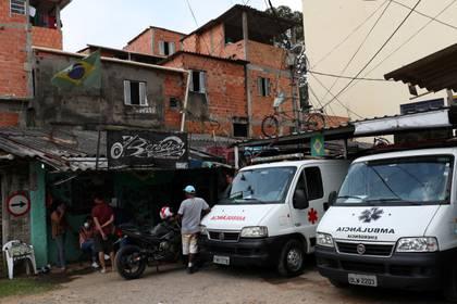 La asociación de residentes de la favela de Paraisopolis, en San Pablo, contrataron a su propio cuerpo médico y ambulancias para atender los casos de coronavirus que se registren en el barrio. Los gastos, lo pagan los jefes narcos de la favela. REUTERS/Amanda Perobelli