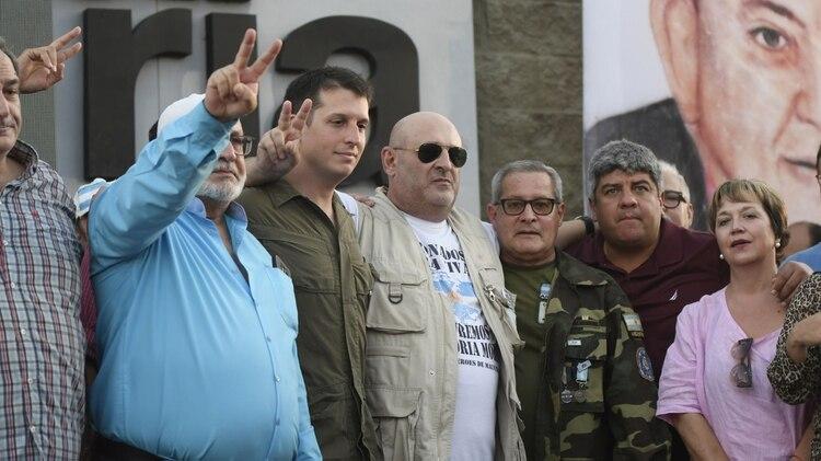 Cuneo, en el medio con lentes, durante un acto en reclamo de la soberanía de Malvinas este año (Foto: Manuel Cortina)