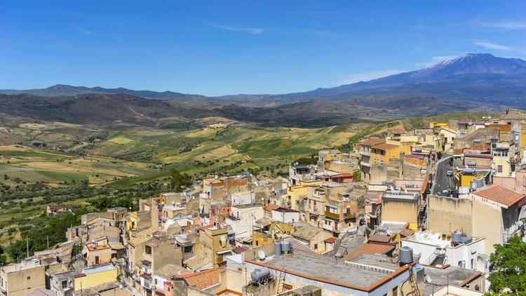 Ubicada a los pies del volcán Etna, busca revitalizar su barrio más antiguo. Es uno de los pueblos con más habitantes: cerca de 7 mil (Shutterstock)