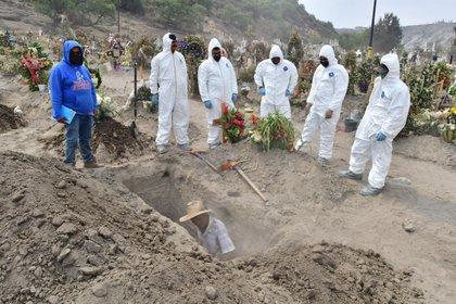 Sepultureros municipales realizan entierros de presuntas víctimas del COVID-19, el 28 de mayo de 2020, en el municipio de Valle de Chalco (México). EFE/ Jorge Núñez