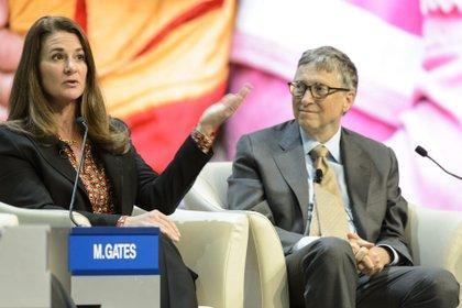 El co-fundador de Microsoft y filántropo Bill Gates, participa junto con su mujer Melinda Gates, copresidenta junto con él de la Fundación Bill y Melinda Gates, durante una mesa redonda (EFE/LAURENT GILLIERON)