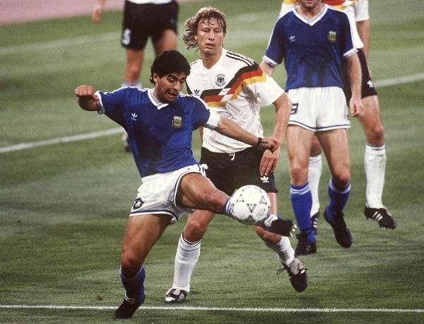 Maradona, de azul, en Italia 90 / BONGARTS