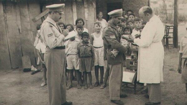 Gendarmes realizan obras de acción socialentre la población rural de Formosa. Foto: Archivo de Gendarmería Nacional.