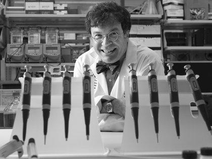 El doctoro Hotez, cuando estudiaba el brote de SARS en 2012 (AP)
