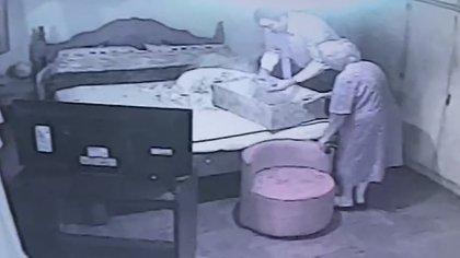 La mujer llevó al hombre hasta la habitación, en donde le entregó la caja con los USD 40 mil