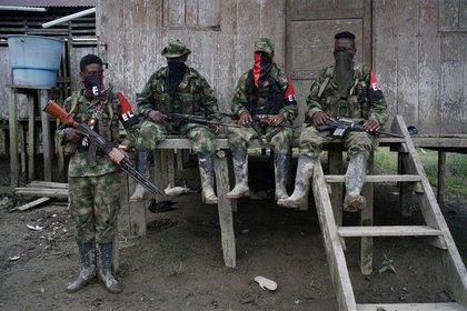 Foto de Archivo. Guerrilleros del Ejército de Liberación Nacional (ELN) descansan frente a una casa en una zona selvática del departamento del Chocó, Colombia, 31 de agosto, 2017. REUTERS/Federico Rios