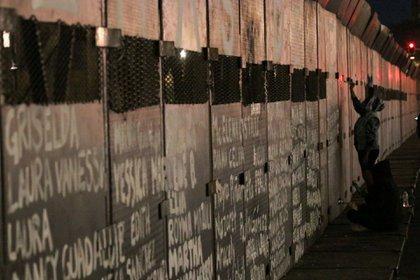 Las vallas afuera de Palacio Nacional se transformaron en un antimonumento donde ahora se leen los nombres de diversas mujeres asesinadas (Foto: Graciela López / Cuartoscuro)